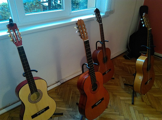 kitara pod naem