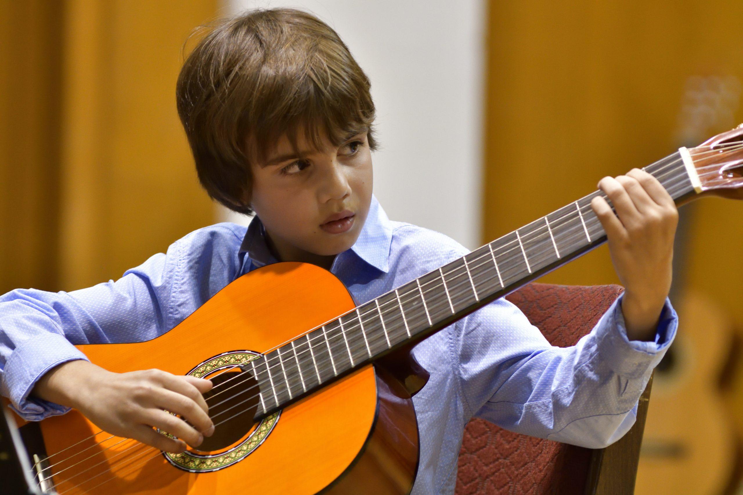 уроци по китара за деца